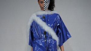 Bernhard Willhelm, jesień-zima 2012/13. Sukienka nawiązuje, być może, do worka, w którym umieszcza się ofiary wypadków