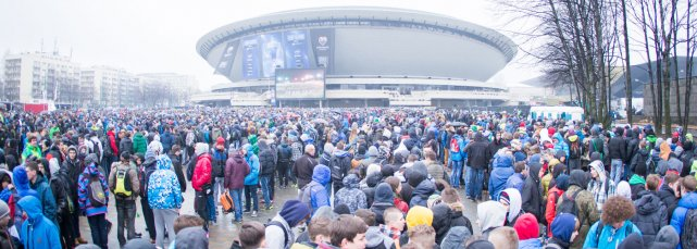 Katowice, Spodek, marzec 2015. Młodzi fani czekają na wejscie na Intel Extreme Masters Poland