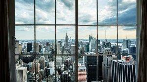 """Widok z okna luksusowego apartamentu. Takie nieruchomości z segmentu """"prime location"""" sięgają tu dziesiątek milionów dolarów."""