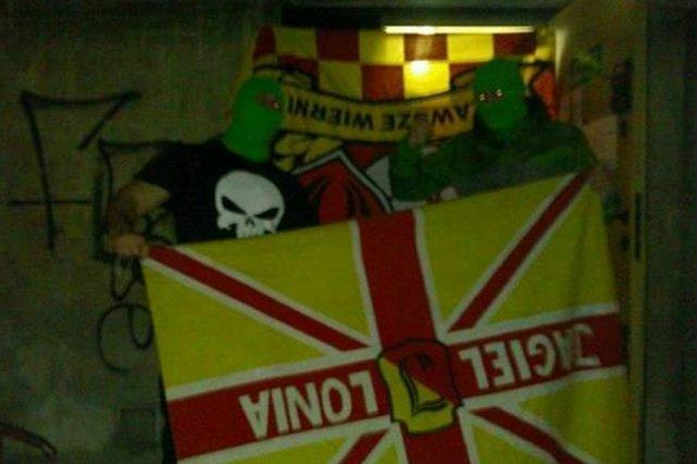 Chuligani Legii prezentują zdobyczne flagi Jagiellonii Białystok