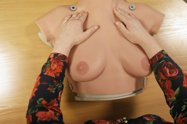 Każda kobieta powinna sama badać swoje piersi.