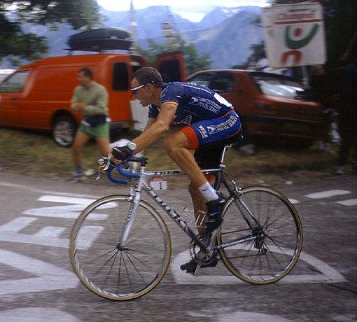 Lance Armstrong jedzie po zwycięstwo na Alpe d'Huez podczas Tour de France 2001