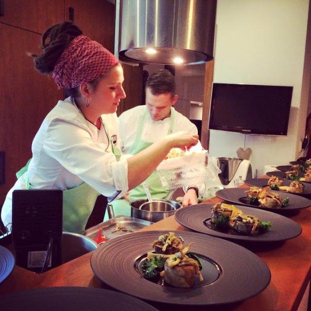 Kucharz we własnym domu to ciekawe doświadczenie kulinarne, ale i wygoda.