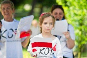 Ochroniarze przed amfiteatrem w Opolu zabierają wchodzącym polskie flagi.
