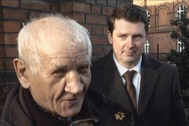 Feliks Meszka z Wojtaszakiem. Mężczyzna był przetrzymywany w szpitalu rybnickim przez 11 lat.