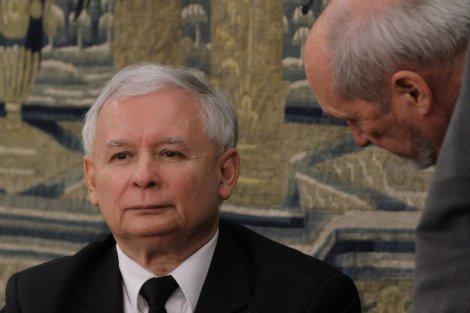"""Czyżby manipulacja? Ten sondaż nie spodoba się władzy. Macierewicz i Kaczyński w czołówce... kategorii """"nie ufam"""""""