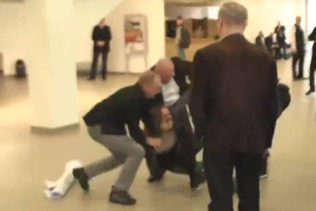 Nagranie sugeruje, że interweniujący ochroniarze usiłowali zatkać mężczyźnie usta