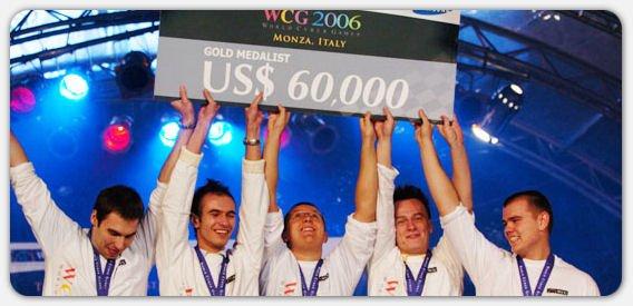 Złota Piątka zdobywająca pierwsze mistrzostwo WCG w 2006 roku i czek na 60 tys. dolarów. Od lewej: TaZ, kuben, Loord, LUq, Neo.