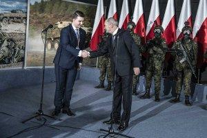 Bartłomiej Misiewicz wrócił do MON i jużdaje popalićdziennikarzom  i opozycji.