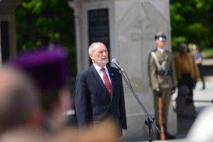 Minister Macierewicz pokaże pielgrzymom z ŚDM jak Polak goni islamistę.