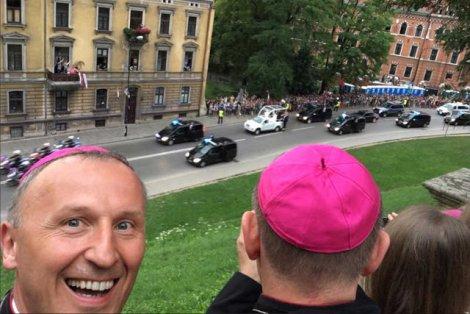 Biskup Marek Solarczyk - internauci od razu go polubili.