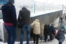 Poranek po śnieżycy w Warszawie - na Woli korzystający z podziemia piesi wyglądali jak zdobywcy górskiego szczytu.