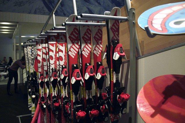 Sprzęt narciarski i snowboardowy w Skimondo jest specjalnie przystosowany do sztucznego stoku.