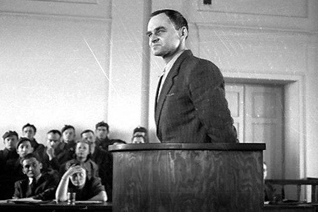 Rotmistrz Witold Pilecki podczas procesu pokazowego, marzec 1948 roku. Prof. Szwagrzyk ma pewność, że bohater spoczywa na Powązkach Wojskowych.