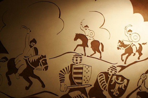 Sgrafitto przedstawiające najazd Tatarów na Sandomierz w 1287 roku.