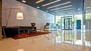 """Nieruchomości """"prime location"""" mają najwyższy standard. Są luksusowe i reprezentacyjne, co widać już od progu. Na zdjęciu: hol wejściowy w warszawskim Cosmopolitanie."""