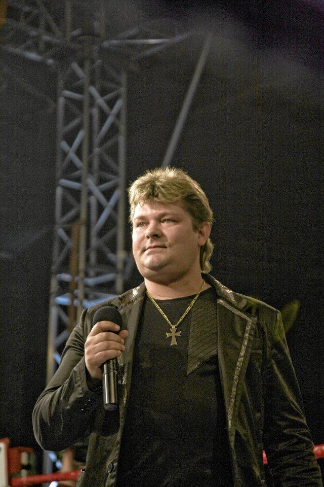 W 2009 roku Zenon Martyjuk nie był bożyszczem. Teraz, kiedy wziął się za siebie, kobiety rzucają mu na scenę biustonosze!