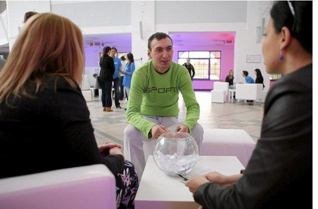 Jak wyobrażenia pracodawców rozmijają się z oczekiwaniami młodych pracowników.  Zdjęcie pokazuje rekrutację młodych talentów dla firmy farmaceutycznej Neuca.