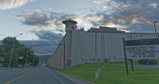 Więzienie stanowe w Dannemora, NY. Uciec stąd nie udało się nikomu przez sto pięćdziesiat lat, aż pewnego dnia..
