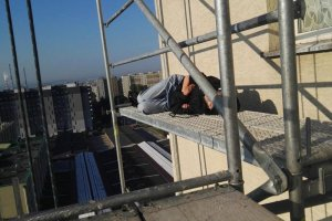 Spała na wysokości 30-metrów. Krakowscy strażnicy miejscy może nawet uratowali jej życie.