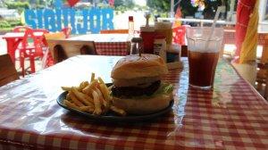 """Hamburger """"hawajski"""" z frytkami i napojem kosztuje 120 peso, czyli około 9 złotych."""