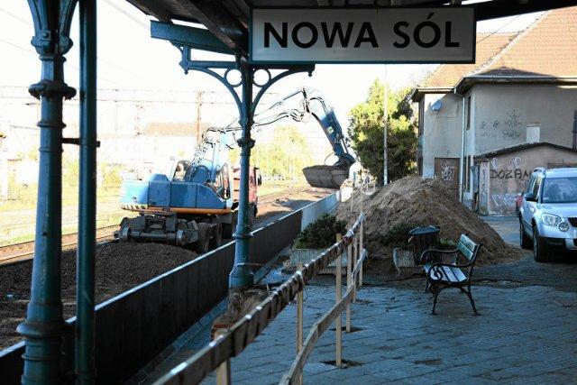 Dworzec w Nowej Soli. W remoncie albo w ruinie, zależy z której strony spojrzeć