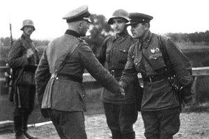 Niemieccy i sowieccy oficerowie w czasie kurtuazyjnego spotkania w Polsce, wrzesień 1939.