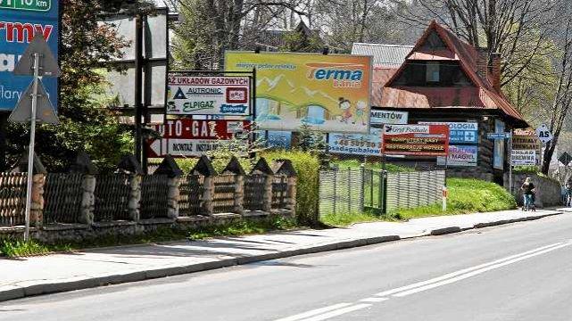 Szyldy reklamowe ustawione przy wjeździe do Zakopanego