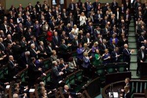 Politycy PiS i PO solidarnie broniąswoich przywilejów.