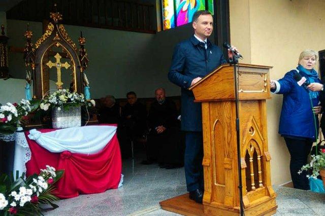 Andrzej Duda prowadzi kampanię wyborczą w kościele.