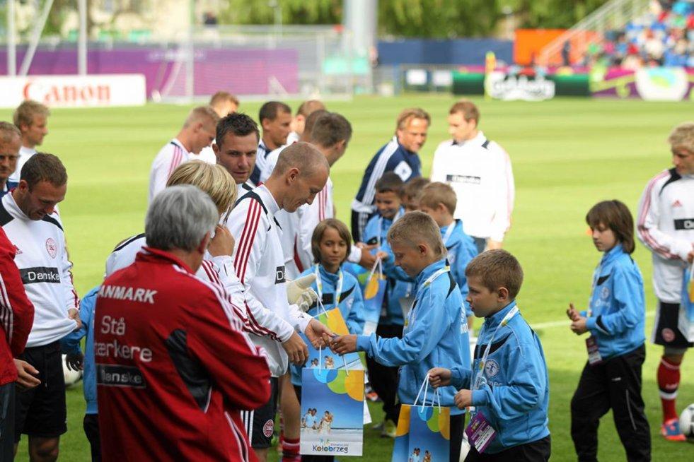 Trenują na stadionie miejskim im. Sebastiana Karpiniuka przy Śliwińskiego, który służy lokalnemu klubowi Kotwica.