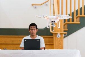 Drony, które wzięły udział w wyścigu na amerykańskiej uczelni, były sterowane myślami