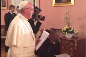 Papież tuż przed pozdrowieniem wiernych.