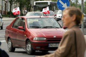 W mieście samochody nie osiągają takich prędkości, żeby flagi mogły się połamać w trakcie jazdy. Co innego poza miastem.