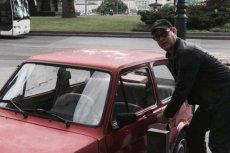 Tom Hanks jest bardzo podekscytowany, bo ma nowy samochód.