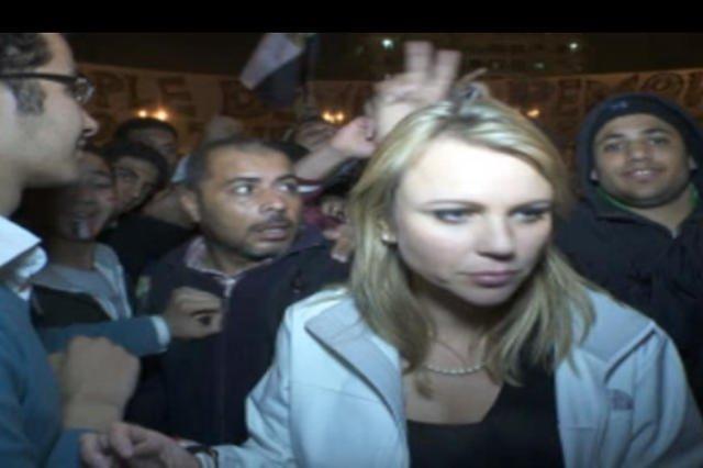 Lara Logan podczas relacji w Egipcie w 2011 roku została zaatakowana przez grupę protestujących mężczyzn.