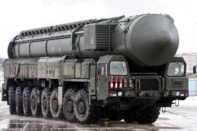 Rosyjski pocisk balistyczny dalekiego zasięgu RT-2PM2 Topol-M TEL, który może przenosić głowice atomowe