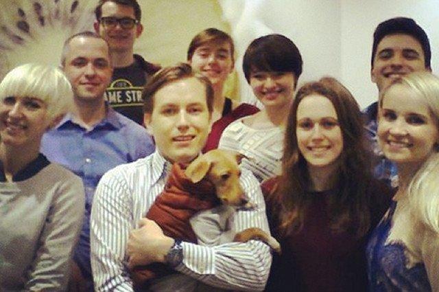 Jan Olszewski, syn polskich milionerów postanowił założyć lodziarnię w Berlinie. Na zdjęciu z pracownikami i ulubionym psem