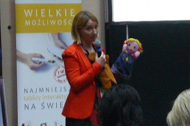 Na zdjęciu Agnieszka Horyza podczas wykładu o nauczaniu języka dzieci. Rząd, ustawą która likwiduje zajęcia dodatkowe w przedszkolach, zniszczy życiowy biznes pani Agnieszki
