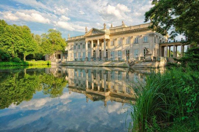 Łazienki Królewskie to jeden z najpiękniejszych parków w Europie.