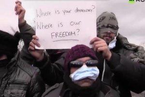 Imigranci zaszyli sobie usta.