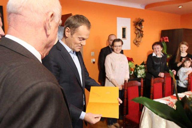 Donald Tusk podczas wizyty u rodziny Wandy Gawron.
