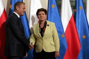 Beata Szydło naśladuje Donalda Tuska. Przynajmniej w zajmowaniu opinii publicznej rekonstrukcjami.