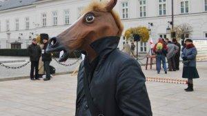 """""""Człowiek Koń"""" podczas obchodów miesięcznicy katastrofy smoleńskiej"""