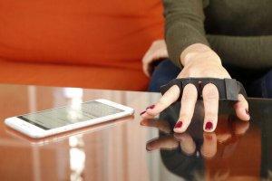 Tap Strap pozwala użytkownikowi całkowicie zrezygnować z klasycznej klawiatury i pisać praktycznie na każdej powierzchni.