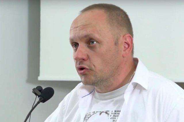 """Rafał Porzeziński przemawia podczas konferencji """"Ruchu czystych serc""""."""