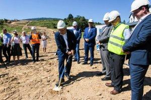 Minister Andrzej Adamczyk wbił dziś pierwszą łopatę na budowie nowej zakopianki.