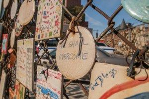 Płytki ceramiczne z komunikatami o zamachach z 11 września, zwisające z ogrodzenia na Greenwich Village.