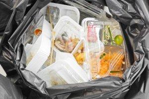 Za wyrzucanie jedzenia grozi wysoka grzywna.
