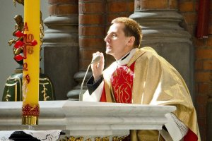 Episkopat zapewniał, że sprawa ks. Międlara jest zamknięta definitywnie. Dziś prokuratura w Białymstoku poinformowała o umorzeniu śledztwa w sprawie kazania ks. Międlara, a ten nie wytrzymał i pochwalił się tym na twitterze